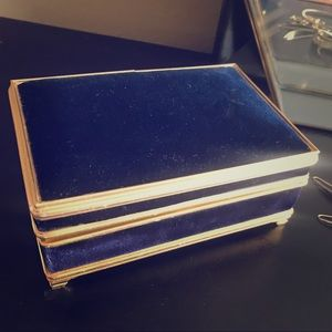 Jewelry - 👛VINTAGE VELVET +GOLD WIND UP JEWELRY BOX👛